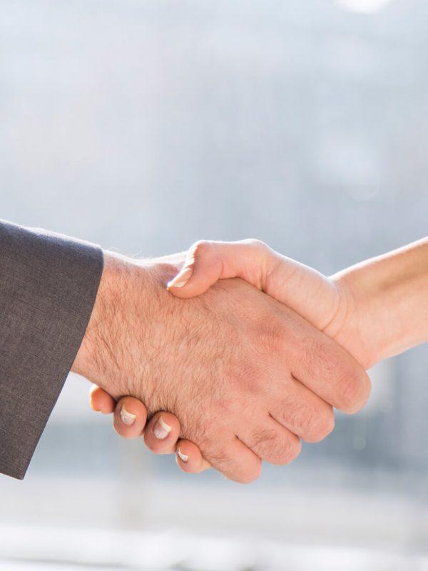 Rechtsanwalt und Mandanten beim Hände schütteln - Mag. Agnes Lepschy - Unternehmerbetreuung
